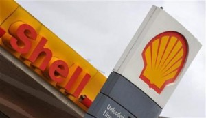 The company logo is seen at a Shell petrol station in south London January 31, 2008.    REUTERS/Toby Melville